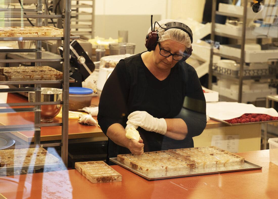 Suklaata pursotetaan muotteihin.